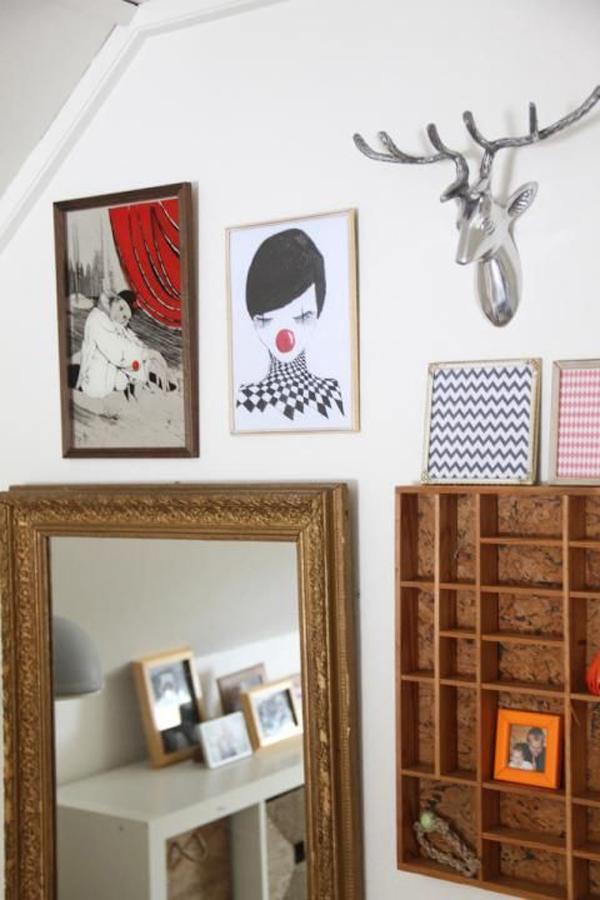 קיר גלריה כולל חפצים תלת מימדיים